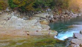 Gwałtowni na skalistej góry rzece w jesieni Obrazy Royalty Free