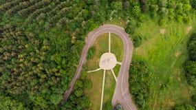 gwałtowny zwrot droga przez zielonego lasowego widoku od above Fotografia Stock