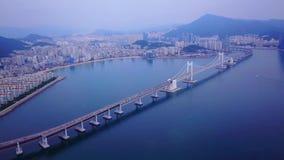 Gwangan桥梁空中录影和Gwangalli在釜山,韩国靠岸 股票录像