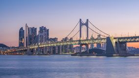 Gwangan Brücke und Haeundae bei Sonnenaufgang, Busan-Stadt, Südkorea Stockfotos