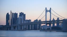 Gwangan Brücken- und Haeundae-Vogelperspektive bei Sonnenaufgang, Busan, Südkorea stock video footage