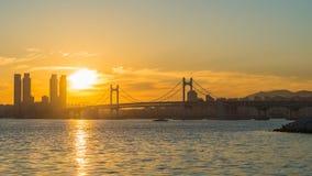 Gwangan bro och Haeundae på soluppgång, Busan stad, Sydkorea Arkivbild