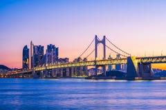 Gwangan bro och Haeundae på soluppgång, Busan stad, Sydkorea Royaltyfri Bild
