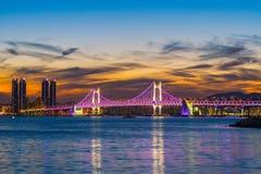 Gwangan bro och Haeundae på soluppgång, Busan stad, Sydkorea Royaltyfria Foton