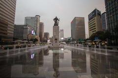 Gwanghwamun广场的雕象Yi Sun-sin海军上将在汉城,韩国 库存照片