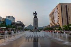 Gwanghwamun广场的雕象Yi Sun-sin海军上将在汉城,韩国 免版税库存照片