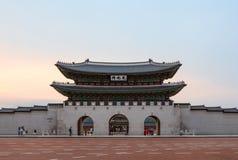 GwangHwamun al tramonto, il tubo principale al palazzo di Gyeongbokgung, il palazzo reale principale e più importante durante la  fotografie stock