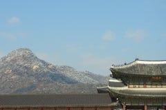 Gwanghwamun avec BugaksanMt Bugak photographie stock