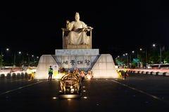 Gwanghwamun plaza på natten och statyn av konungen Sejong Arkivfoto