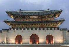 Gwanghwamun port i Seoul skymning Arkivfoton