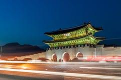 Gwanghwamun port på natten Arkivbilder