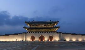 Gwanghwamun port på skymning Arkivbild