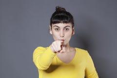 Gwarantująca 20s kobieta pokazuje coś z ostrością i zaufaniem Fotografia Stock