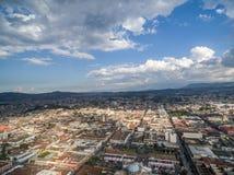 Gwatemala miasta pejzaż miejski z Desantowym samolotem w tle Zdjęcia Stock