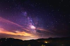 Gwiaździsta noc i Milky sposób fotografia royalty free