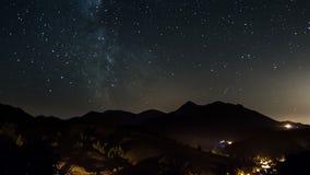 Gwiaździsta noc przy wieś czasu upływem Folujący HD 1920x1080 - gwiazdy rusza się w nocnym niebie z milky sposobu galaxy - zdjęcie wideo