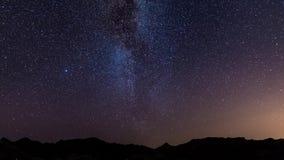 Gwiaździstego nieba Milky sposób chwytający od zielonej oazy w Namib pustyni, Namibia, Afryka Przygody w dzikiego zbiory wideo