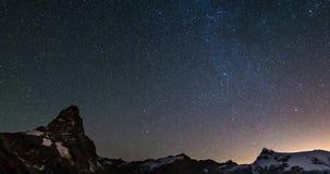 Gwiaździsty niebo czasu upływ nad majestatycznym Matterhorn Cervino halnym szczytem i Monte Rosa lodowami, włoch strona zbiory