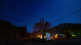 Gwiaździsty niebo czasu upływ przy lasową drogą w Gifu Japonia zbiory wideo