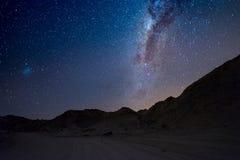 Gwiaździsty niebo i Milky sposobu łuk z szczegółami swój kolorowy sedno schwytany od Namib pustyni w Namibia, outstandingly jaskr Fotografia Stock