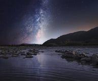 Gwiaździsty niebo nad halną rzeką Obrazy Royalty Free