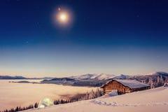Gwiaździsty niebo nad nasz restauracja w górach zdjęcie stock