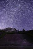 Gwiaździsty niebo widoczny schodki poprzedzający Obrazy Royalty Free