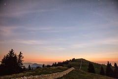 Gwiaździsty nocne niebo i shooting stars nad górami zdjęcie stock