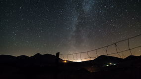 Gwiaździsty nocne niebo z milky sposobu galaxy czasu upływem Dolly strzał nad ogrodzeniem zdjęcie wideo