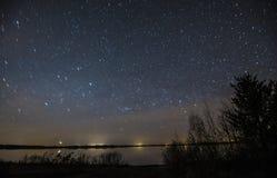 Gwiaździsta noc nad jezioro Fotografia Royalty Free