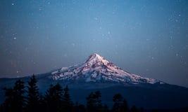 Gwiaździsta noc nad Mt kapiszon Obraz Royalty Free