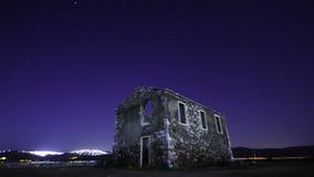 Gwiaździsta noc pod zaniechanym domem zbiory