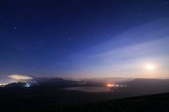 Gwiaździsty niebo i dolina Zdjęcia Royalty Free