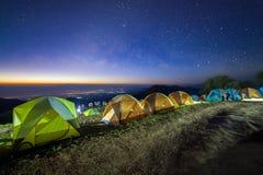 Gwiaździsty nocne niebo z namiotem przy Monson punktem widzenia Doi AngKhang i Fotografia Royalty Free