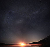 Gwiaździsty nocnego nieba jeziora krajobraz Zdjęcia Stock