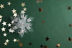 Gwiazd i bożych narodzeń płatek śniegu na zieleni Zdjęcia Royalty Free