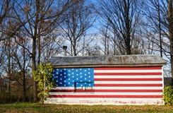 Gwiazd i lampasów flaga malował na wiejskim amerykanina domu Zdjęcia Royalty Free