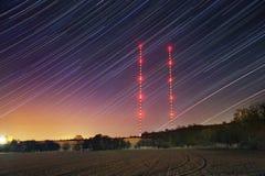 Gwiazda ślada z nadajnikiem górują w zimy nocy Gwiaździsty niebo z czerwonymi światłami fotografia royalty free