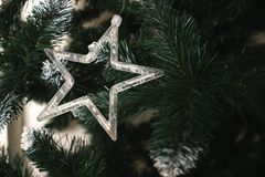 Gwiazda na choince dekoracja nowego roku Bożenarodzeniowy dekoracyjny - gra główna rolę na wierzchołku choinka z pięknym bokiem Zdjęcie Royalty Free