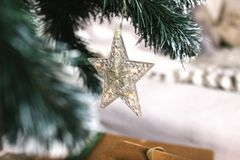 Gwiazda na choince dekoracja nowego roku Bożenarodzeniowy dekoracyjny - gra główna rolę na wierzchołku choinka z pięknym bokiem Obraz Stock