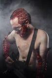 Gwiazda rocka bawić się solo na gitarze, czerwony włosy Zdjęcie Royalty Free