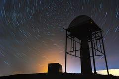 Gwiazda tropi w nocnym niebie za meteorologiczny autonomiczny wierza Zdjęcie Royalty Free