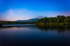 Gwiazda wlec nad Juliańskim Cena jeziorem przy nocą, wzdłuż Błękitnego Ridg zdjęcie royalty free