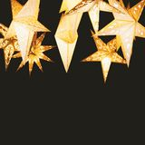 Gwiazdkowaty papierowy lampion przeciw nocnemu niebu fotografia stock