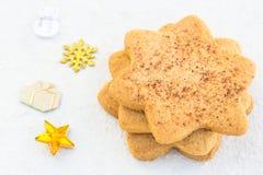 Gwiazdkowaty shugar ciastka zakończenie na białym tle Obrazy Stock