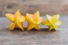 Gwiazdowe owoc na drewnianym stole Tajlandzka owoc: Gwiazdowa owoc jest popularna Zdjęcie Royalty Free