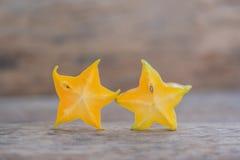 Gwiazdowe owoc na drewnianym stole Tajlandzka owoc: Gwiazdowa owoc jest popularna Zdjęcia Royalty Free