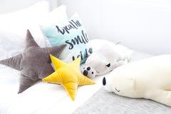 Gwiazdowe poduszki w sypialni Zdjęcia Royalty Free