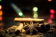 Gwiazdowego anyżu, cynamonu, coffe i ziemi cynamon na czarnej marmurowej cegiełce, Obraz Royalty Free
