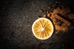 Gwiazdowego anyżu, cynamonu, coffe, pomarańcze i ziemi cynamon na czarnej marmurowej cegiełce, Zdjęcia Stock